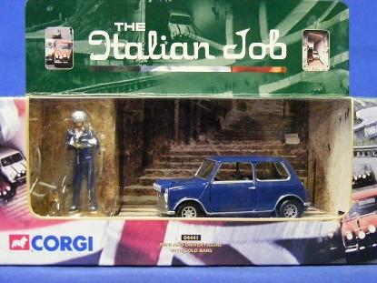 mini-cooper-driver-gold-bar-italian-job-corgi-COR04441
