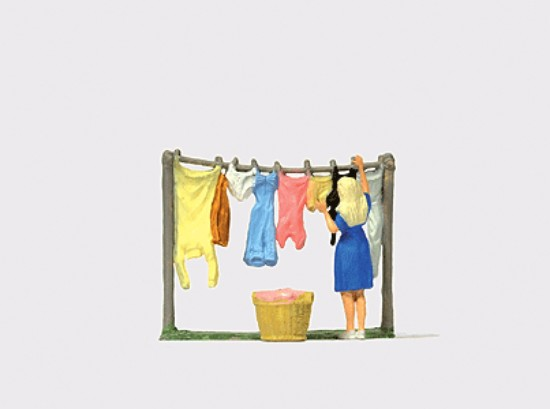 Picture of Lady hanging wet laundry outside