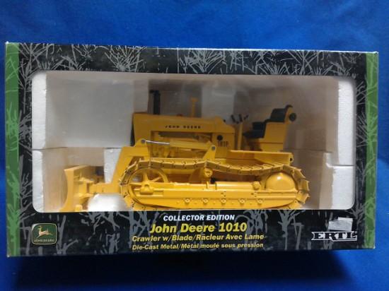 Picture of John Deere 1010 industrial crawler with blade