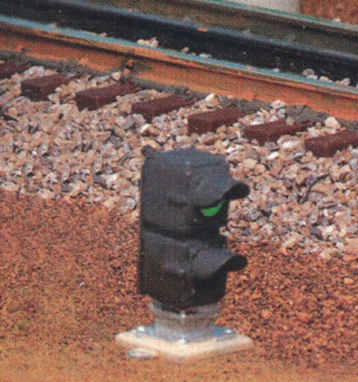 Picture of O - Operating 3-and 2-Rail -- Switch (Dwarf) Signal w/Red & Green Aspects